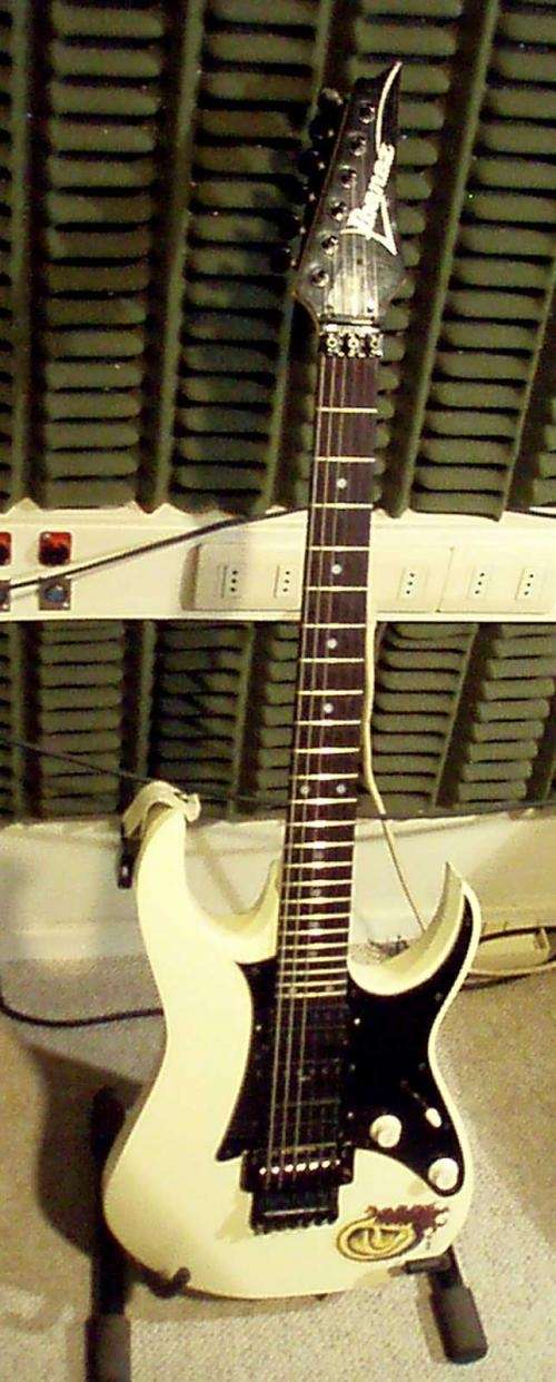 Guitarra ibanez rg550 japonesa con tremolo marca floyd rose y cápsulas dimarzio evolution