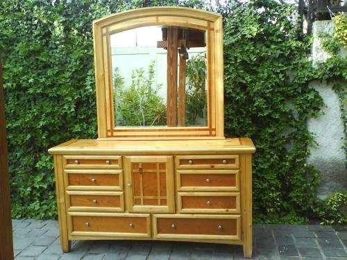 Hermoso tocador toilette con espejo biselado en madera y terminaciones rusticas