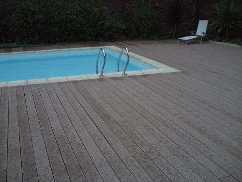 Pintura de piscina descascarado de piscina lijado