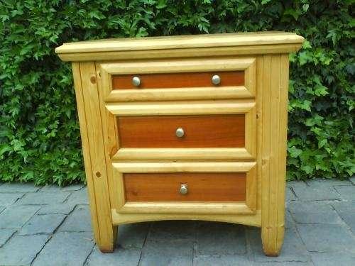 Vendo hermoso velador de madera 3 cajones amplios con terminaciones rústicas
