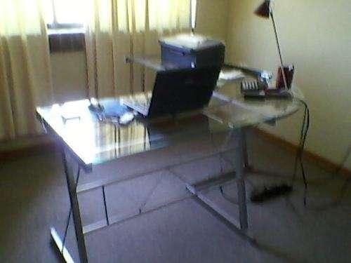 Escritorio y estanteria de aluminio con vidrios templados