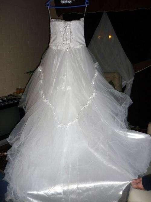 se vende vestido de novia usado ,elegante color blanco en región