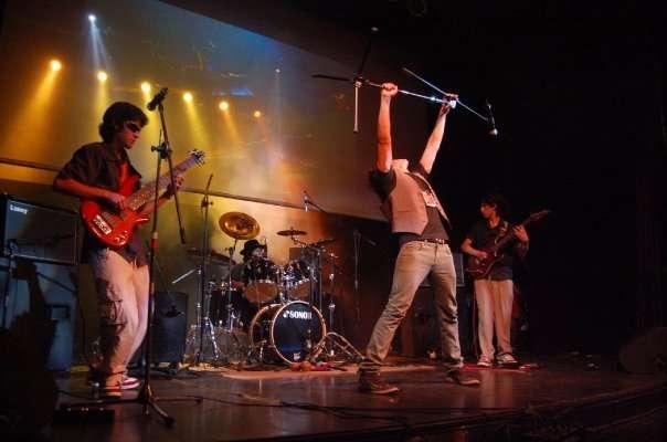 Vocalista cantante,busca banda, músicos o productor.