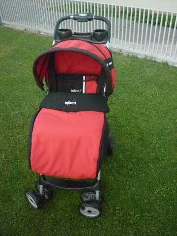 Coche de paseo marca infanti color rojo con negro