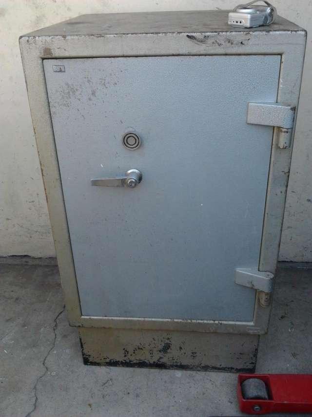 Antigua caja fuerte de fierro, dispone de cerradura y llave funcionando perfectamente