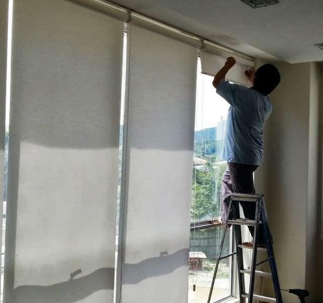 Instalacion de cortinas roller y laminas de seguridad en Santiago