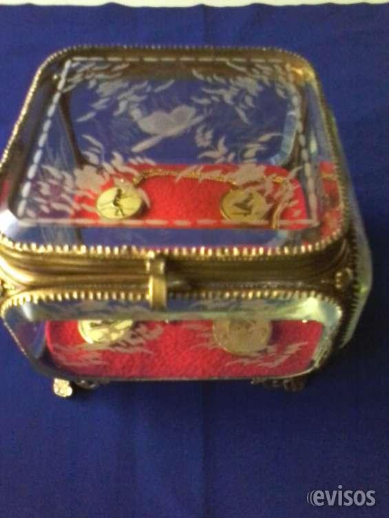 Joyero de cristal biselado y tallado estilo japonés.