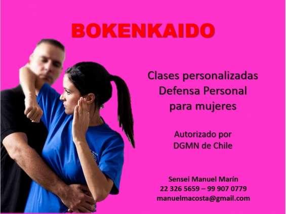 Hombres y mujeres aprenden defensa personal