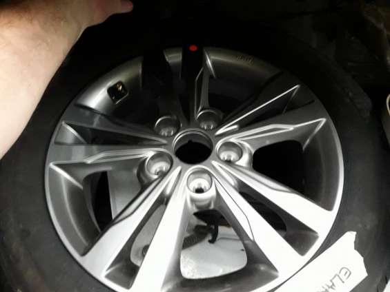 Llanta de magnesio con neumático 205-55-r16 ambos nuevos hyundai elantra.
