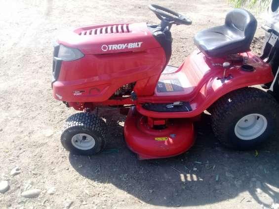 Tractor. cortadora. cortador de pasto