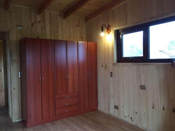 Ropero cortina roller en las ventanas pequeñas instaladas