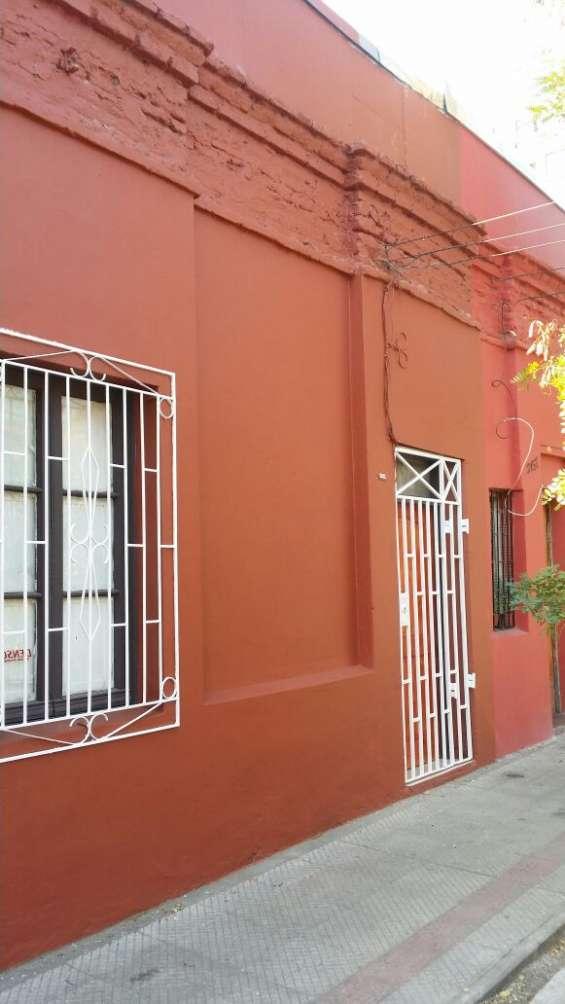 Arriendo casa 3 dormitorios en santiago cerca parque de los reyes (aac-080) $370.000