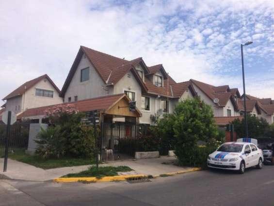 Gran casa esquina, 3 pisos, portal oeste