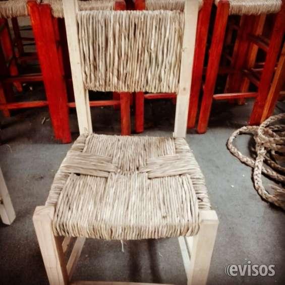 Sillas artesanales de totora y madera