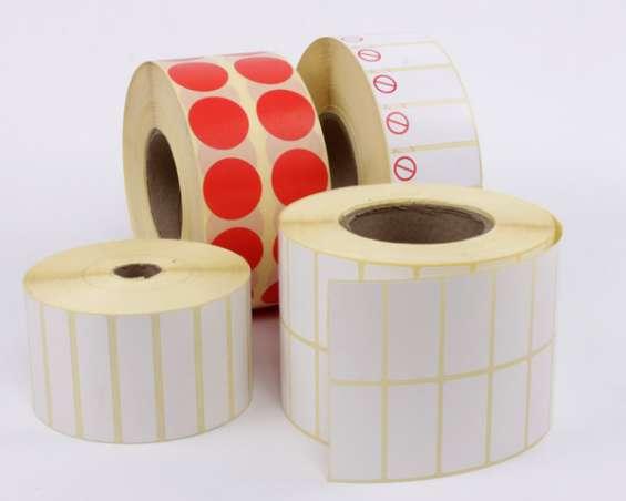 Etiquetas adhesivas en rollo blancas, activo fijo