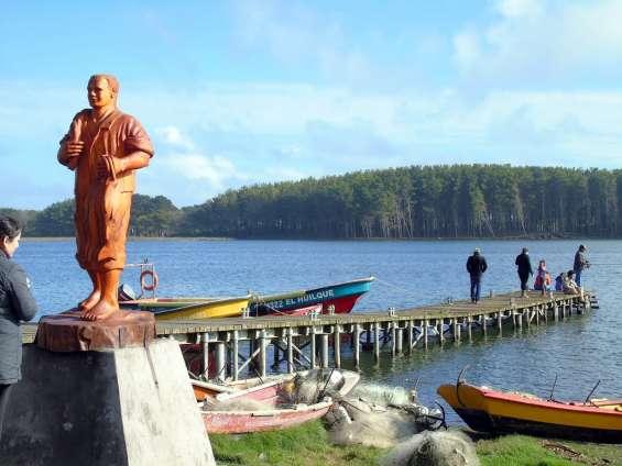Escultra el pescador . realizada en madera para la ciudad  de puerto saavedra