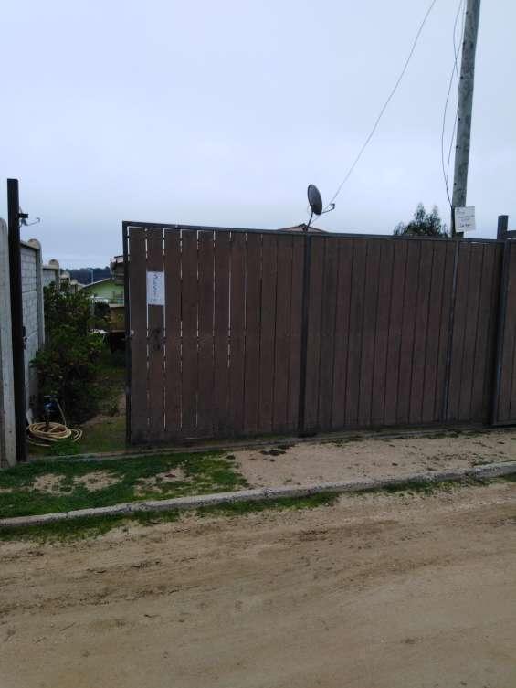 Se vende excelente terreno con 2 cabañas pareadas