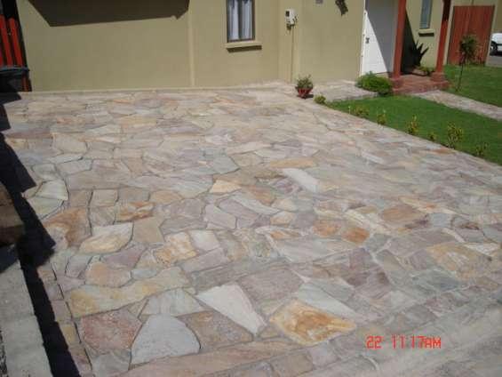 Piedra laja, estacionamientos y terrazas
