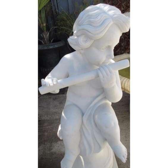 Niño flautista * escultura en mármol