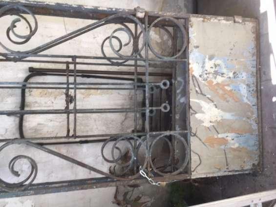 Vendo puerta de fierro forjado 100 años 2 hojas en $800.000
