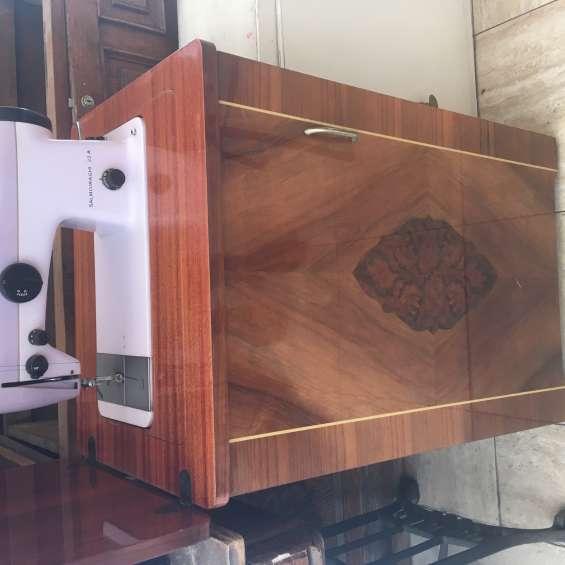 Maquina de coser con estante marca salmoiraghi $130.000