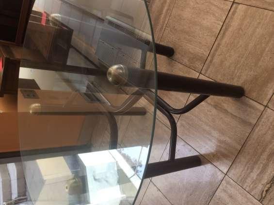 Mesa con cubierta de vidrio + 4 sillas $75.000.-