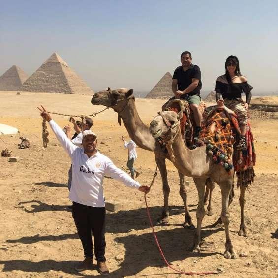 ****(gabri)****e con turistas chilenos on tour (paseo en camello junto a las pirámides)