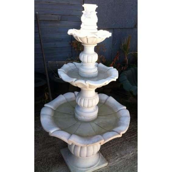 Bella fuente de agua en mármol ( pila)
